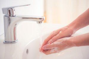 come togliere il silicone dalle mani