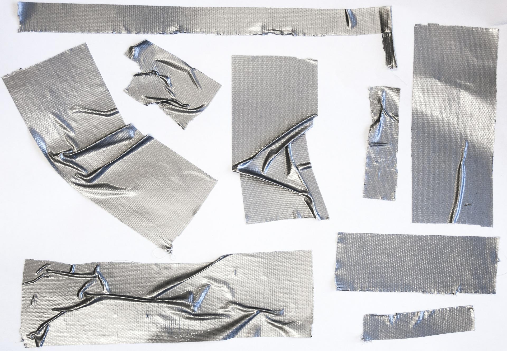 come togliere il nastro adesivo dal vetro
