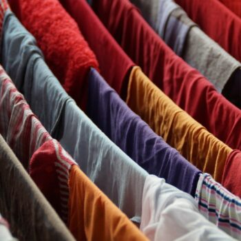 come togliere l'odore di muffa dai vestiti